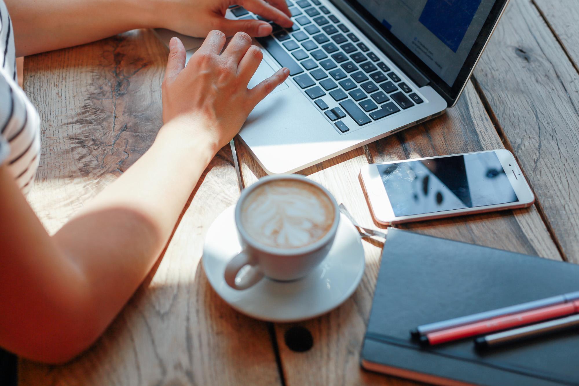 Mirjam Kilter sitzt am Tisch mit Laptop von oben zu sehen