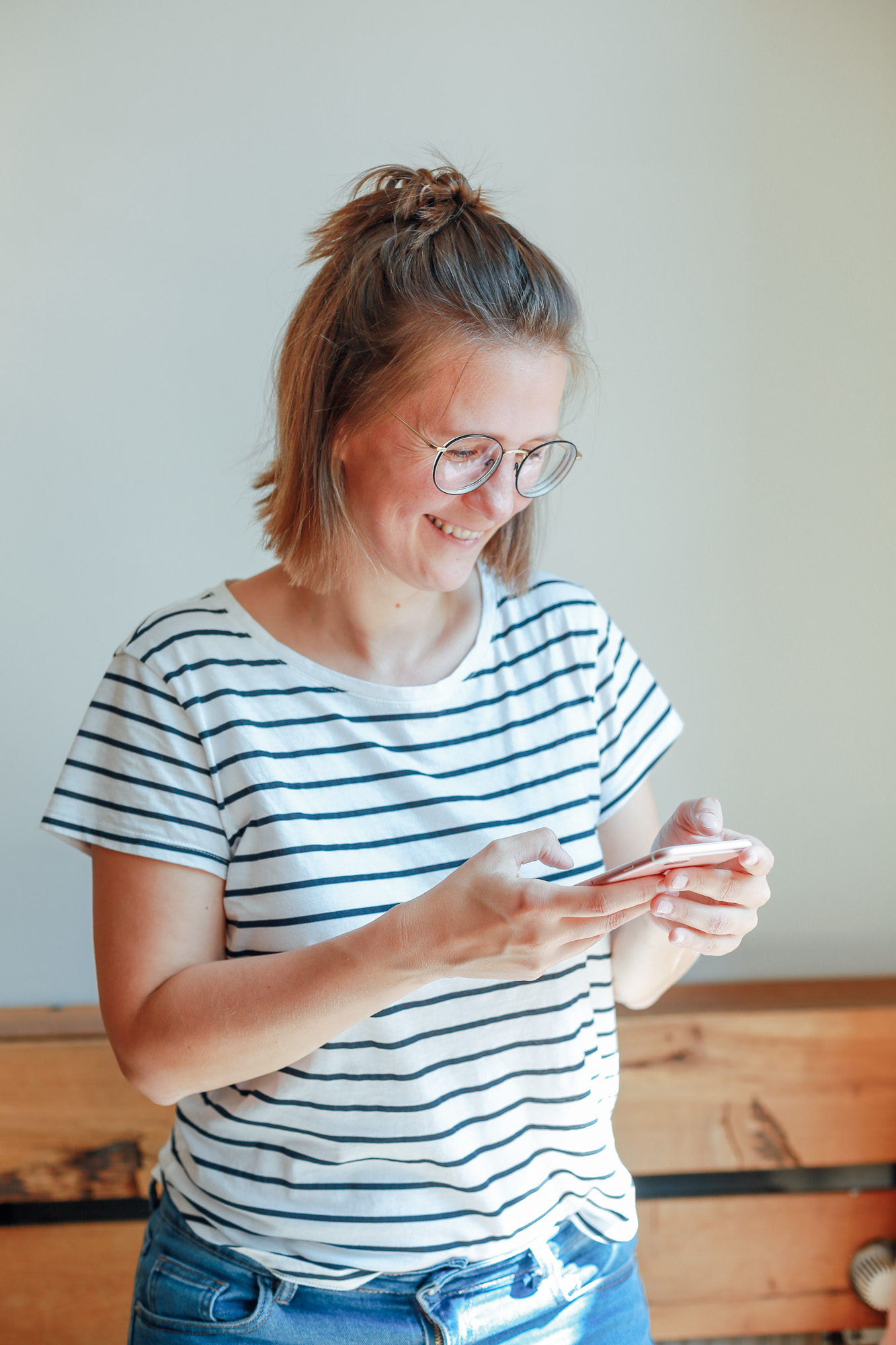 Mirjam Kilter mit Iphone in der Hand